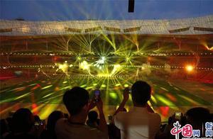 北京:鸟巢上演大型光影秀 展示新中国辉煌的70年