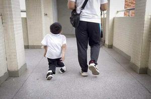 软骨少年的友谊:同学鸿强抱着他上学放学,一抱就是4年
