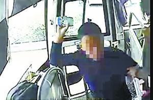 售票员非法上客遭拒暴怒 挥杯砸向司机 司机被砸晕倒前刹车救了一车人