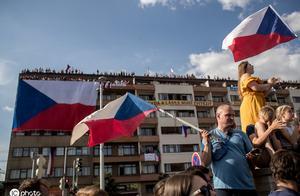 身陷千万诈骗案!25万捷克人在布拉格示威 要求涉贪总理下台