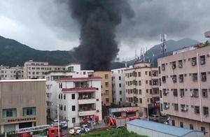 深圳一废旧仓库失火,数十米高黑色浓烟冲天而起,无人员伤亡