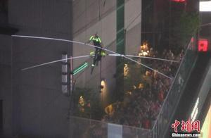 瓦伦达兄妹高空走钢丝横穿美国纽约时代广场