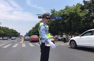 开车时这样做很危险 杭州交警正在严查