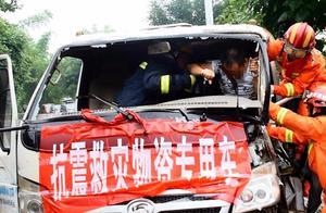 四川自贡一抗震救灾物资车发生车祸,致1人受困,车头损坏严重