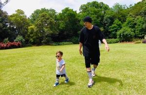 周杰伦儿子两岁生日,昆凌晒小小周萌照,与爸爸比赛超开心