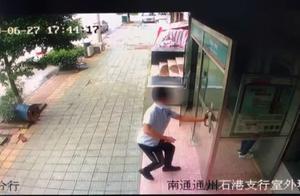 """通州一男子持刀在银行ATM机室抢劫后疯狂逃窜 警方实施""""瓮中捉鳖"""""""