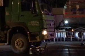 28 日深夜,貴陽陳家坡十字路口發生交通事故,一名女子當場身亡