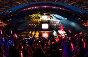 奥体亮起四万人的彩虹星海!张杰南京演唱会,值得吹爆的不止是场控