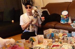 朴有天被释放后近照曝光!抱着爱犬地上铺满粉丝的卡片