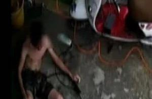 小伙洗车时不慎触电,浑身颤抖20秒后倒地!硬核自救看呆网友