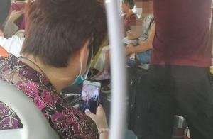 山东一年轻妈妈公交车上哺乳,被老人拍了照不说,还连发三四个微信群