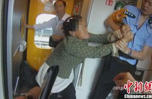 """拒不补票还辱骂、咬伤乘警 女""""车霸""""被铁路警方刑拘"""