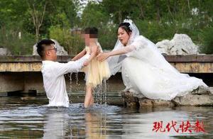 """""""拍婚纱照救落水女童""""照片摄影师遭质疑摆拍 2005年也参与过同类报道"""