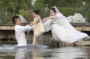 """淮安""""穿婚纱救人""""被质疑摆拍,拍摄者:恰逢路过拍下"""
