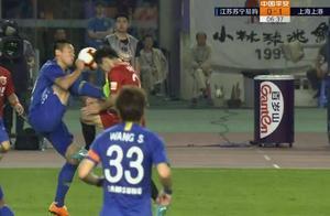 苏宁球员叶重秋因德容式飞踹染红 杨世元受伤下场球衣被踹烂