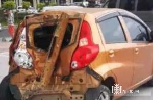 公交车失控冲入停车场 目击者:把十几辆车都撞了