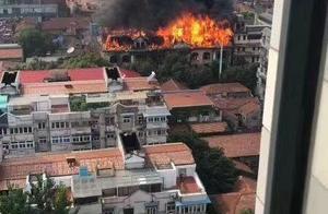 武汉百年老建筑江汉饭店失火,房顶已烧垮、暂无伤亡