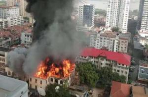 武汉百年老建筑江汉饭店突发大火 现场浓烟滚滚
