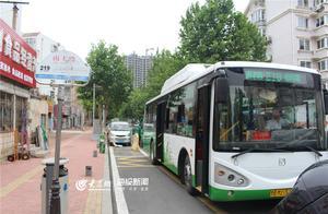 青岛219路公交为方便市民洗海澡特发