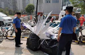 人行道频现袋装生活垃圾,城管通过监控锁定涉事公司