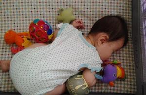 """孩子喜欢""""跪着""""睡觉,要不要纠正?儿科医生:很多家长都错了"""