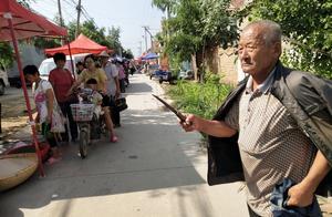 7旬老汉持刀上街,已坚持1年之久,声称害怕被人暗算