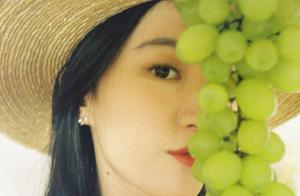 刘亦菲晒超美旅游私房照 纱扇轻掩人比花娇