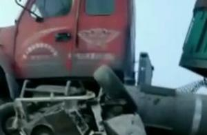揪心!今天凌晨,济南长清一辆大货车将面包车压扁!伤亡不明