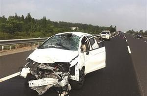 """高速公路跟车惹祸 轿车""""撞穿""""中央护栏"""