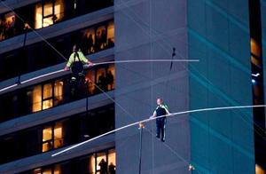 美国兄妹时代广场上演飞人秀 25层高空交叉走钢丝