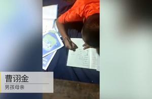 11岁男孩子猪保育房里写作业,顺便接生7头猪崽:他是老手