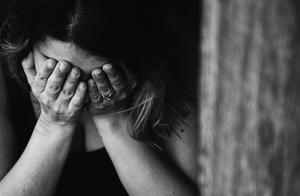 印度女子怀疑丈夫出轨常与其争吵,悲痛万分毒害双胞胎儿子后自杀