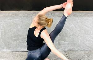 李菲儿捂脸女神范,手拿米奇手机壳童趣满满,好身材靠瑜伽