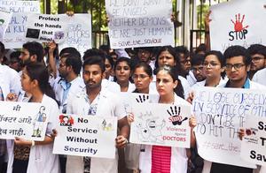 印度两医生遭患者家属打成重伤,4万名医生罢工声援同行要求立法