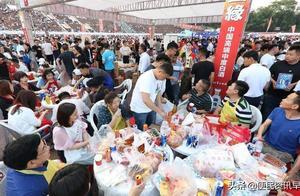 江苏淮安举办万人龙虾宴火爆开席 三万吃货横扫龙虾40余吨