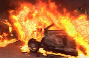 无锡一轿车自燃,现场浓烟滚滚,烧得只剩一副空架子