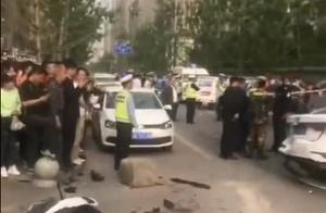 西安女子疑油门当刹车,连撞5车致1死5伤,现场视频