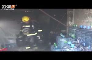 饮用水店发生爆炸,消防员从屋内搬出十几个煤气瓶,还有个在漏气