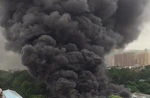 西安华清学府城隔壁一库房着火 现场浓烟绵延数里 暂无人员伤亡
