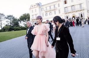 李宇春穿这条裙子太美了,很衬她的肤色,罕见的有女人味!