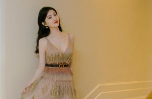 31岁景甜戛纳红毯造型真惊艳!大波浪卷发搭吊带连衣裙,优雅大气