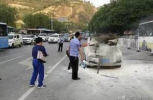 车违停延安民警刚准备上前劝离 结果驾驶人突然从车上跳下后