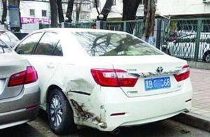 路边停车无故被撞,是先报警还是先叫保险?看完或能明白