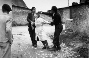 """二战后""""女法奸""""被清算,老照片直击被强行剃头游街现场"""