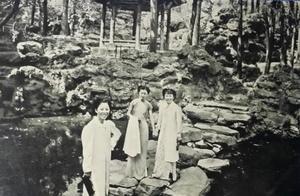民国时期的女性,穿着旗袍婀娜多姿,那时的颐和园和现在差不多