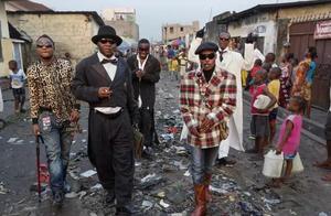 非洲最穷的地方,这群黑叔叔住茅草屋,不吃不喝都要买潮牌