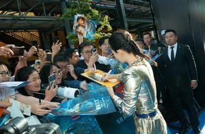 """看看粉丝拿的签名照,章子怡不愧为""""国际章"""",有作品才是王道"""
