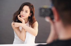 张钧甯终于有了刘海,身穿裙子背双肩包,37岁依旧如少女