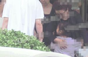 贾乃亮带女儿与父母聚餐李小璐未现身,甜馨穿着尽显父母对她的爱