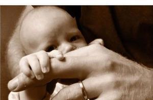 哈里王子正式公开儿子正面照,小手抓大手,大大的眼睛好可爱